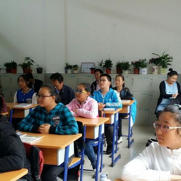 本周三第二节课由历史学科组的教师和教育教学研究室斯庆巴特尔主任在听嘎如迪老师的课。